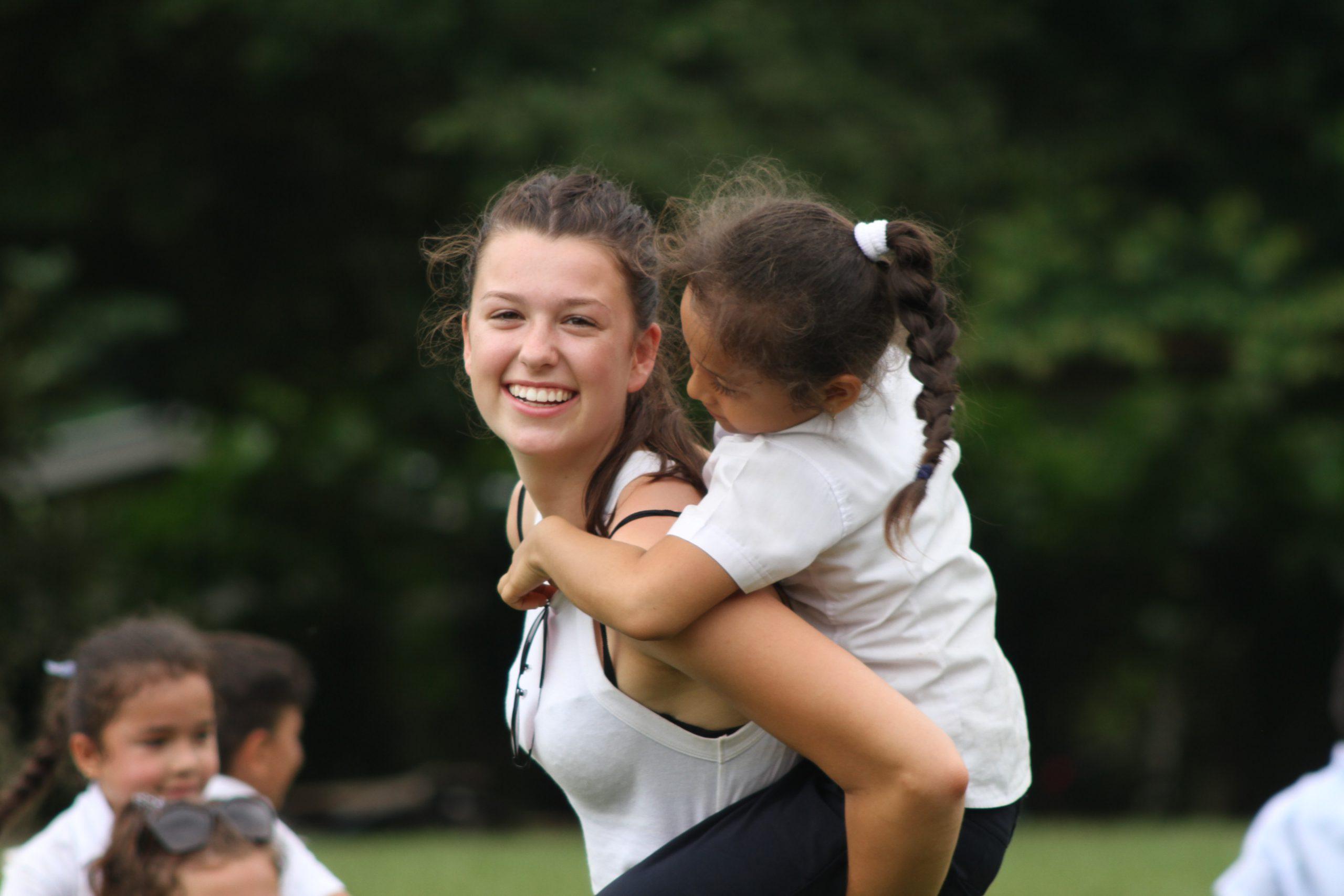 school_expedition_costa_rica_scuba_piggyback_students