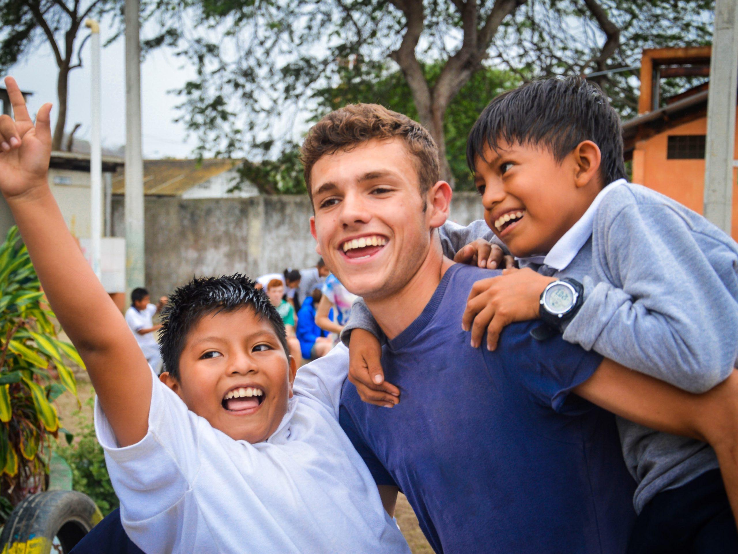 school_expedition_ecuador_scuba_piggyback