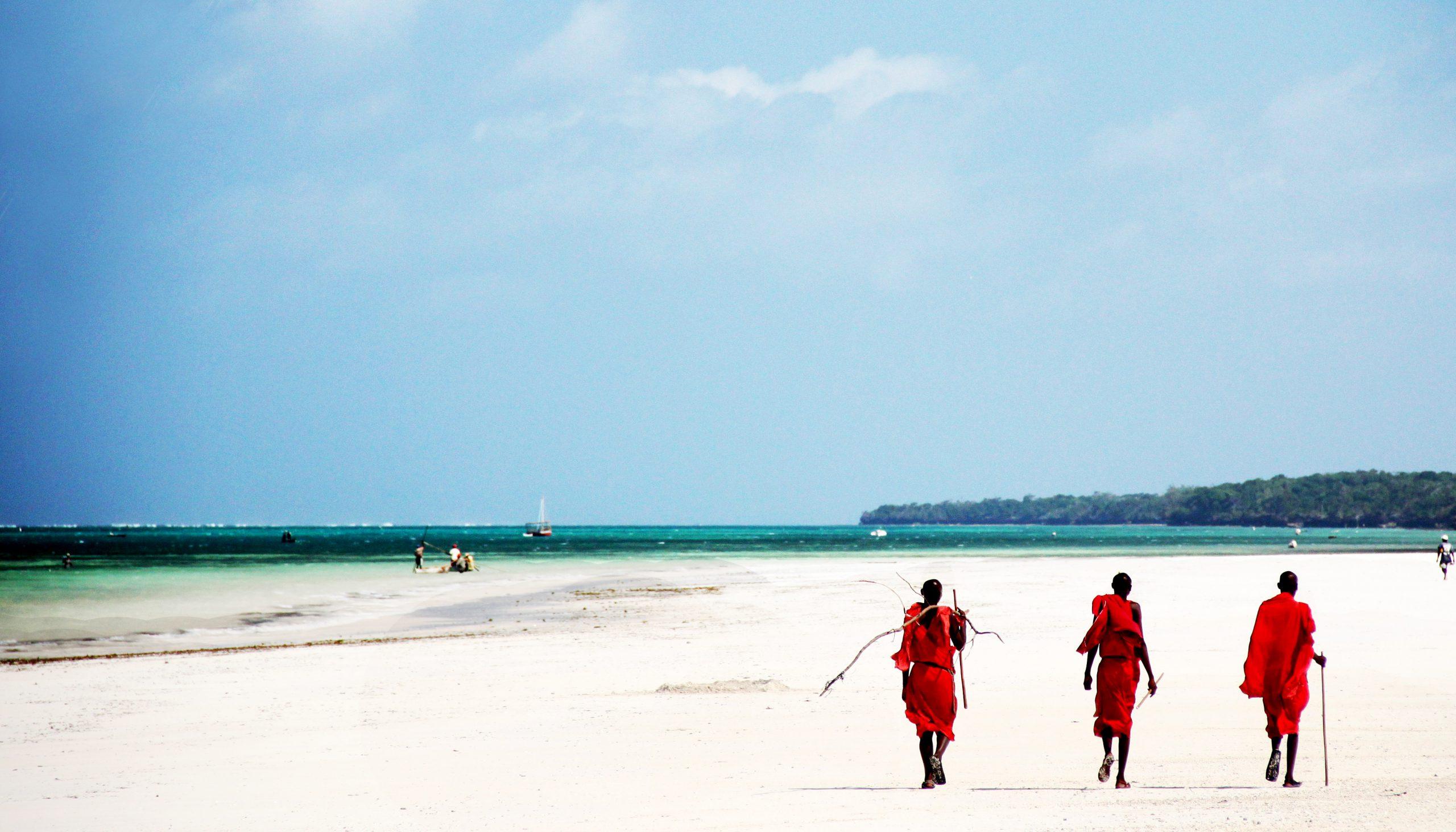 school_expedition_kenya_scuba_maasai_on_beach