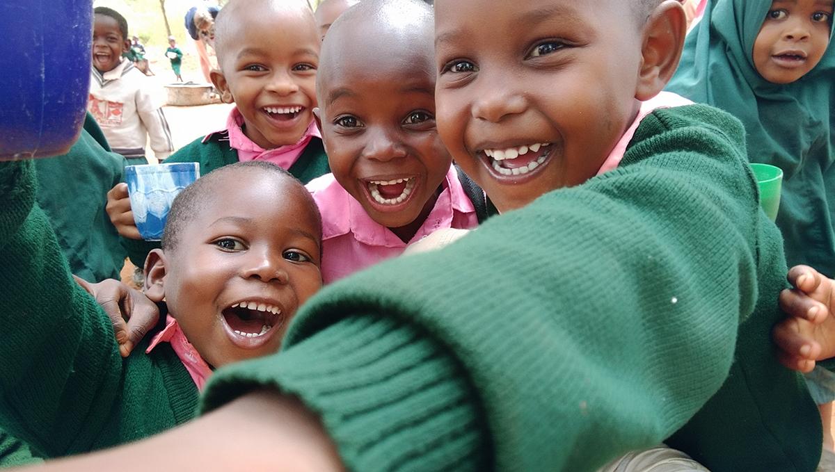 school_expedition_kenya_scuba_smiling_children