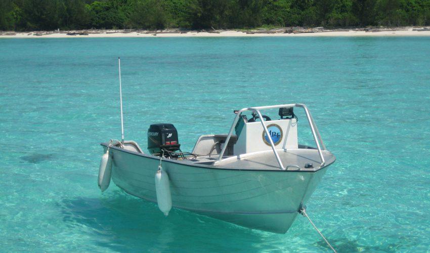 school_expedition_borneo_scuba_boat_on_sea