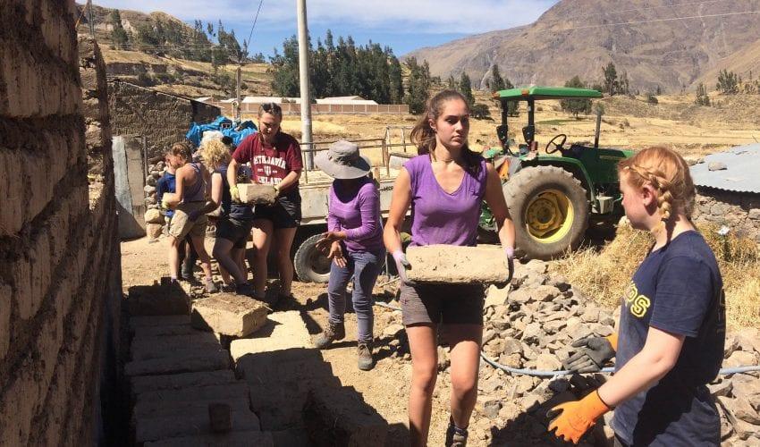 school_expedition_peru_trek_moving_bricks