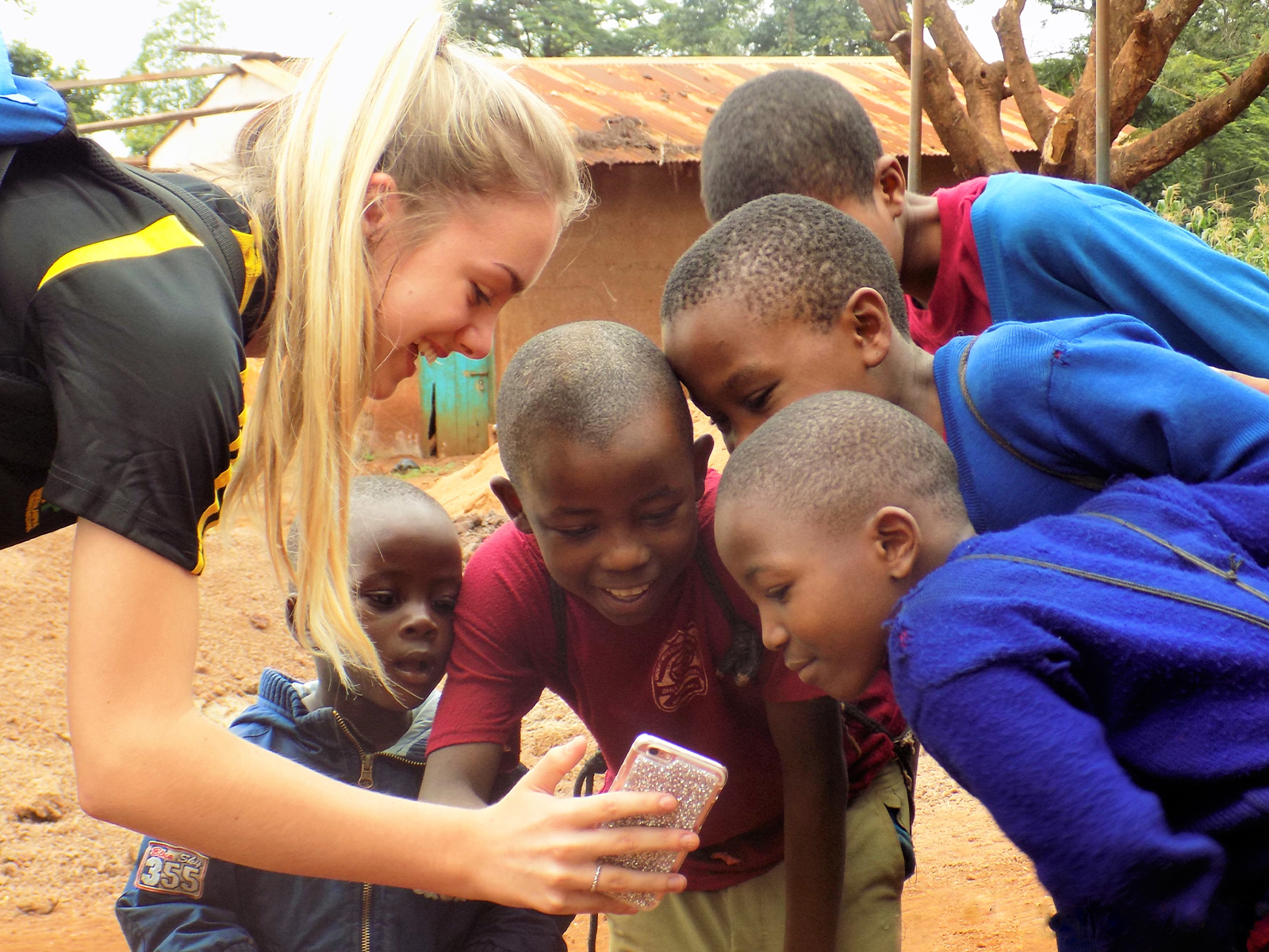 school_expedition_kenya_rws_local_children_with_phone
