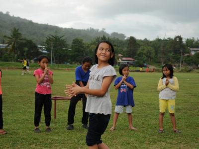 school_expedition_borneo_rws_playing_in_rain