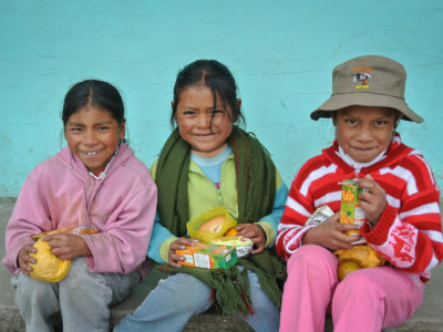 school_expedition_ecuador_rws_local_girls_eating